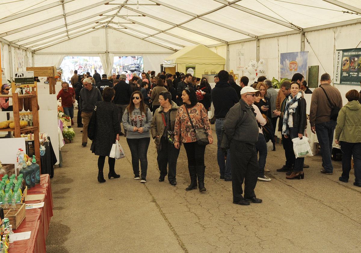 Los asistentes han podido degustar y comprar productos en los expositores.