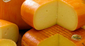Típico tono anaranjado del queso.