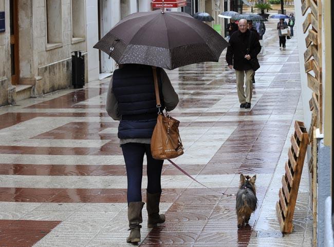Gente con paraguas en el centro de Maó (Foto: Tolo Mercadal)