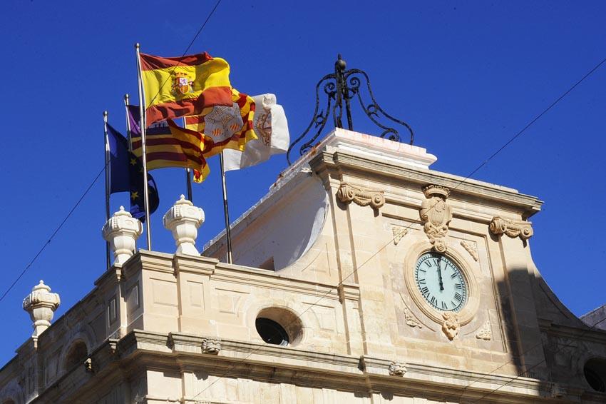 campanario y banderas del ayuntamiento de mao