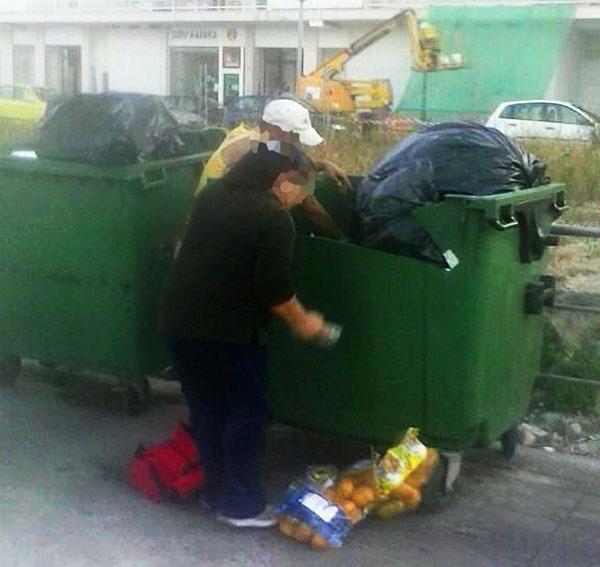 recogiendo alimentos de los contenedores de basura