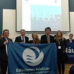 El presidente Santiago Tadeo y la consellera Salomé Cabrera, junto con representantes de Estaciones Naútica, en la entrega de distinciones a estas empresas