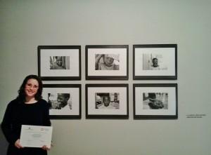 Carme Mascaró junto a sus fotografías en el centro cultural La Misericòrdia de Palma.