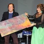 Herráiz entrega a Masfurroll un cuadro creado en el Centro Polivalente 'Carlos Mir'