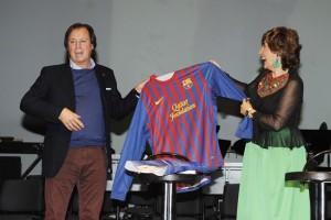 Masfurroll ha entregado a Herráiz una camiseta del Barça firmada por varios jugadores. FOTO.- Tolo Mercadal