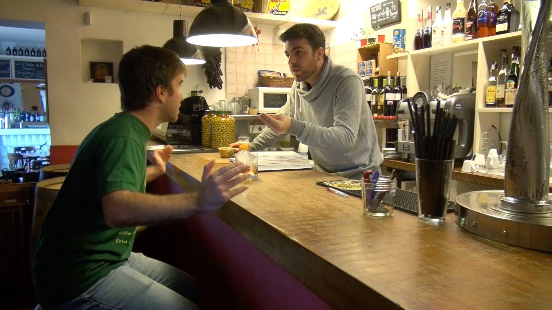 El actor Aleix Rengel i Alfons Piqué en una secuencia de la serie.