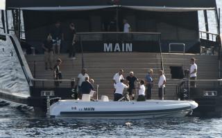 giorgio armani en su barco main en la bocana del puerto de ciutadella