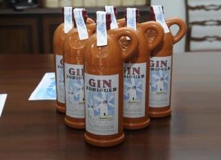 nuevo envase de botellas de gin con motivos de los molinos de es castell