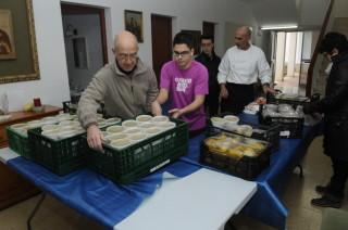 recogida de alimentos en la iglesia sant antoni de mao