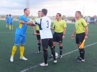 Saludo entre los dos capitanes (Foto: futbolbalear.es)