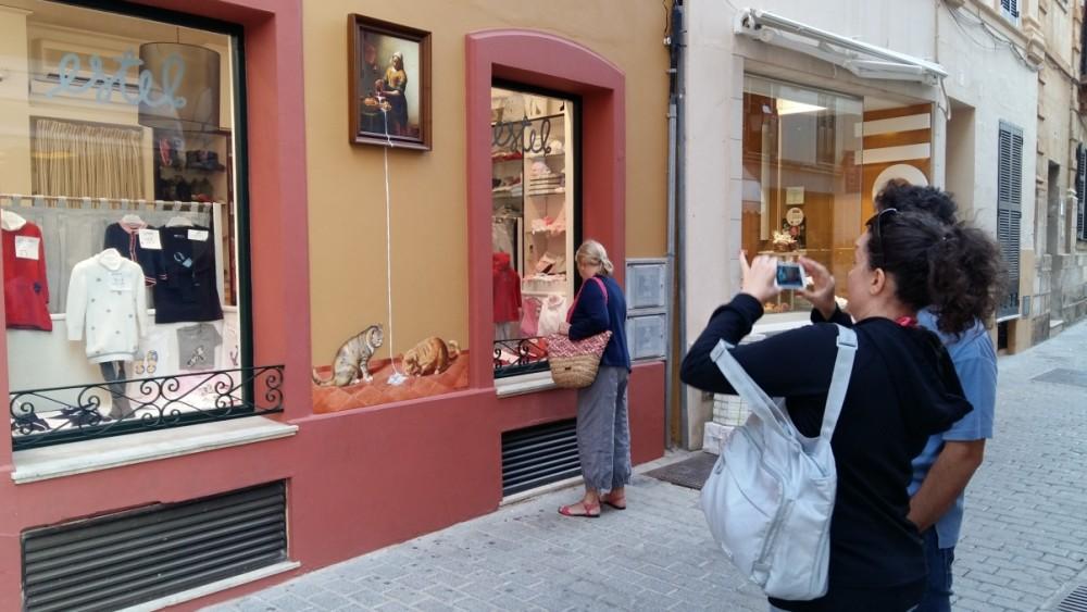 Los turistas siguen llev ndose el street art de - La lechera de vermeer ...