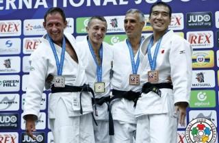 Yves Tullio, segundo por la derecha, junto al resto de medallistas.