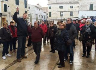 turistas del imserso por el centro de mao