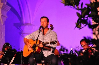 Cris Juanico durante su actuación con 'F(a)usta' en el Festival de Música de Ciutadella. Foto: Rafa Raga.