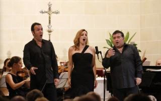 Simón Orfila, Raquel Lojendio y Aquiles Machado durante su actuación en Alaior. Foto: Simón Orfila.