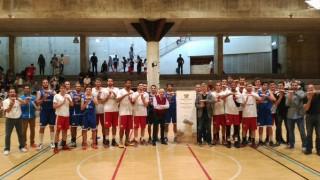 Jugadores de Sabadell y Sant Lluís, antes del partido promocionando la candidatura de Menorca Talaiòtica (Foto: ccesantlluis.es)