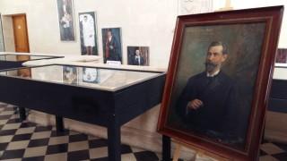 Exposición sobre Pere Cortés en el vestíbulo del Ajuntament de Ciutadella.