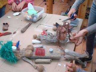 Divertidos personajes con residuos traídos por el mar