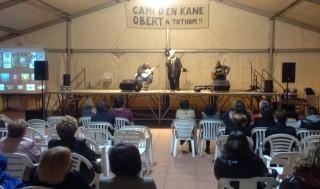 Joana Pons i ses guitarres actuaron en la plaza del OAR de Ferreries. Foto: Amics d'es Camí d'en Kane de Ferreries.
