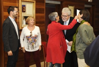 La alcaldesa de Maó Conxa Juanola saluda a Joan Pons en el acto de presentación del recital lírico. Foto: Tolo Mercadal.
