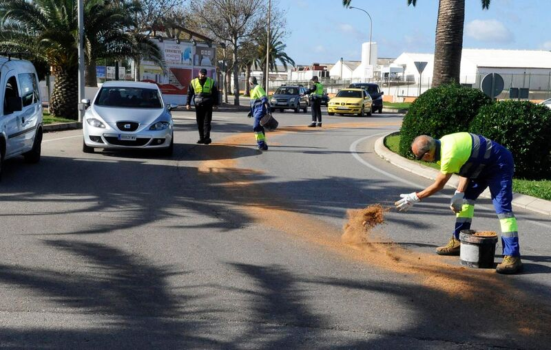 Operarios limpiando la mancha (Fotos: Tolo Mercadal)
