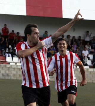 Berto Vaquero celebra el gol logrado ante el Mallorca B (Foto: deportesmenorca.com)