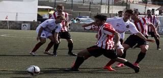 Elliot persigue un balón ante el Mallorca B (Foto: deportesmenorca.com)