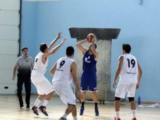 Miki Ortiz ejecuta un lanzamiento (Foto: deportesmenorca.com)