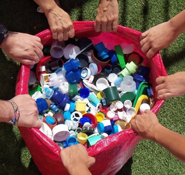 La solidaridad mejor en cajas menorca al d a for Mejor pegamento para plastico