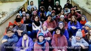 Grupo de personas que han participado en el videoclipe, en un momento de la felicitación.