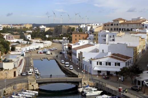 Fotomontaje que la S.H.A. Martí i Bella ha publicado hace unos días en Facebook para visualizar el impacto que los molinos eólicos tendrían desde Ciutadella. Foto: SHA Martí i Bella.