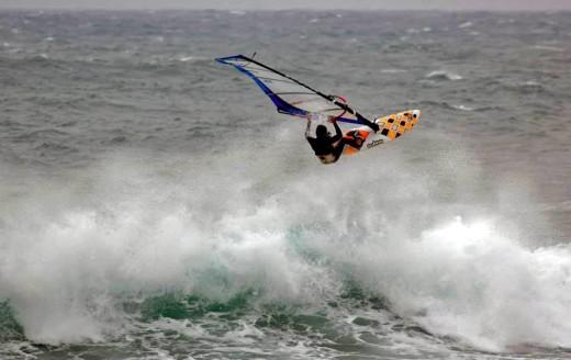 Espectacular acrobacia en Sant Tomàs (Foto: Festival de Windsurf de Menorca)