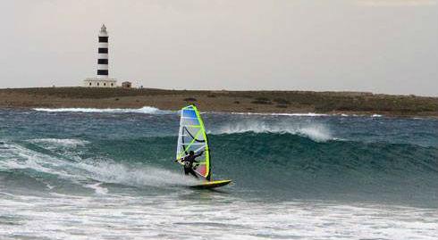 Winsurfista en Punta Prima, Sant Lluís (Foto: Festival Windsurf Menorca)