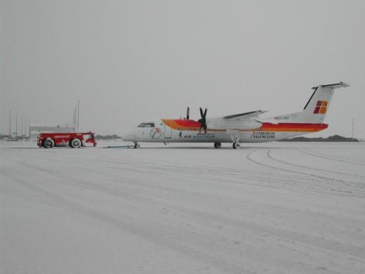 La nieve cubrió la pista del Aeropuerto y obligó a cerrarlo durante la mañana (Foto: Air Nostrum)