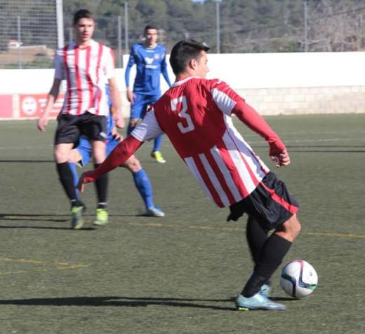 Pepo desplaza el balón en un momento del partido (Fotos: Karlos Hurtado)
