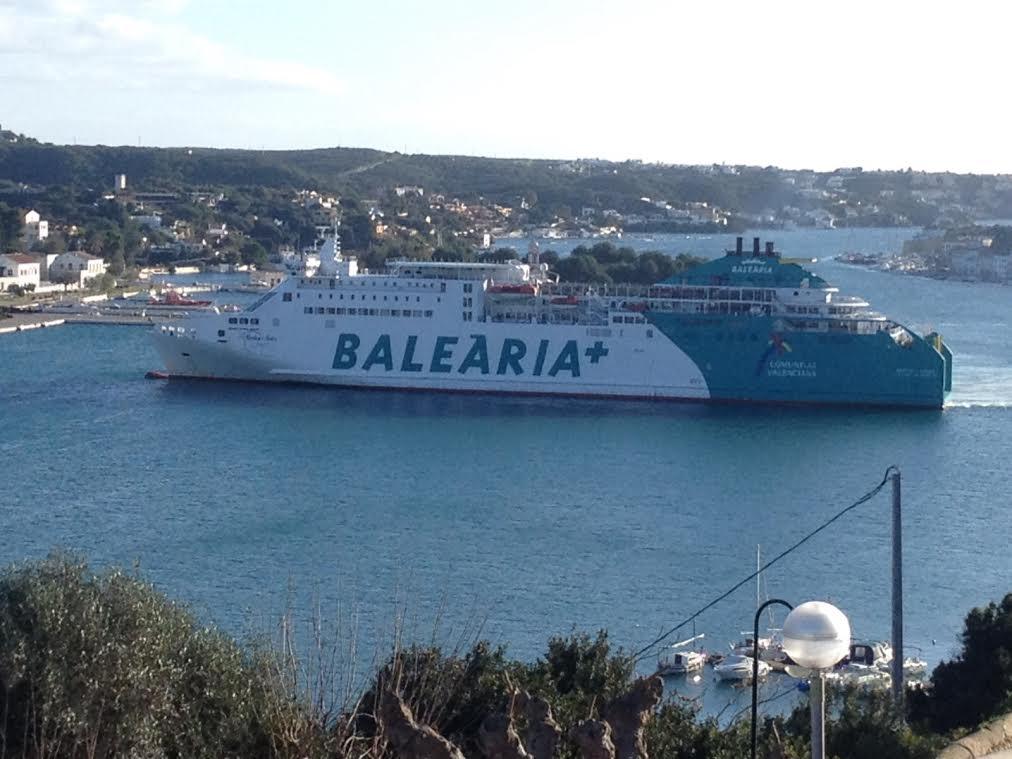 Imagen del barco de Baleària atracando en Maó (Foto: Nando Andreu)