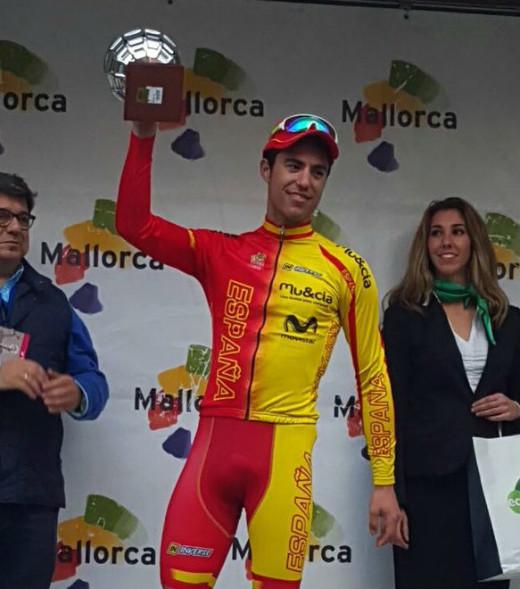 Torres, con el trofeo en lo más alto del podio (Foto: Challenge)