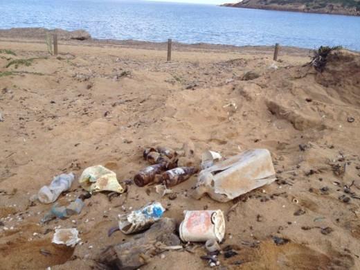 Imágenes de la suciedad en algunas playas (Fotos: @Menorcalitoral)