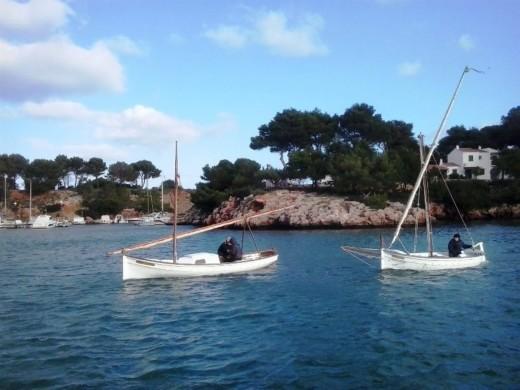 El sábado salieron hasta la bocana a motor y pospusieron la navegación a vela latina para el día 24. Foto: Amics de la Mar de Menorca.