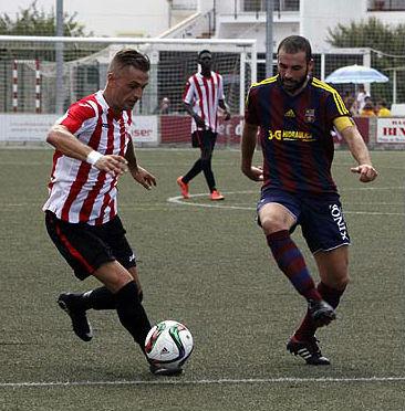 Lacueva conduce el balón ante un jugador del Poblense.