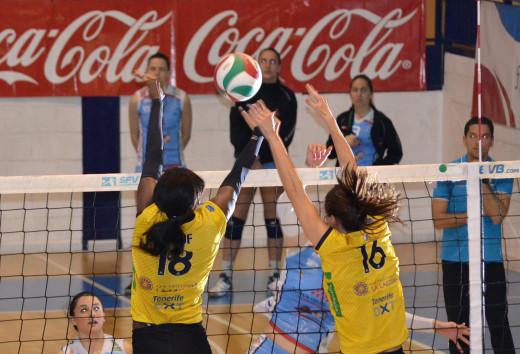 Remate de Sara Esteban ante dos jugadoras del Aguere (Fotos: CV Aguere)