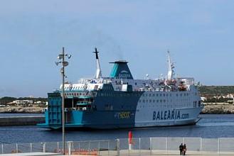 Barco de Baleària en el puerto de Ciutadella.