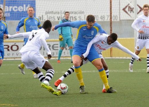 Zurbano pelea ante Baba y Stephen  durante el partido (Fotos: Tolo Mercadal)