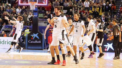 Suárez, al fondo, celebrando el triunfo del Bilbao (Foto: ACB Photo)