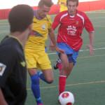 Lacueva conduce ante un jugador del Collerense (Foto: futbolbalear.es)