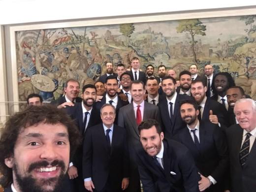 Selfie de Sergio Llull durante la recepción del rey (Foto: @23Llull)