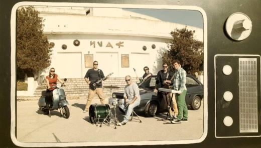 La Jukebox Band Menorca en una imagen promocional ante la antigua sala Nura de Sa Costa Nova. Foto: J.B.M.