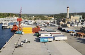Baja la carga y descarga de mercancías en el puerto de Maó