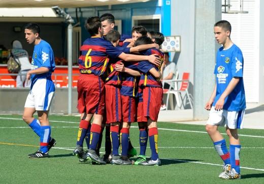 Los jugadores del Barça se abrazan tras un gol ante el Sant Gabriel (Fotos: Tolo Mercadal)
