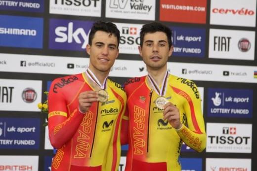 Torres y Mora, posando con la medalla en el podio.